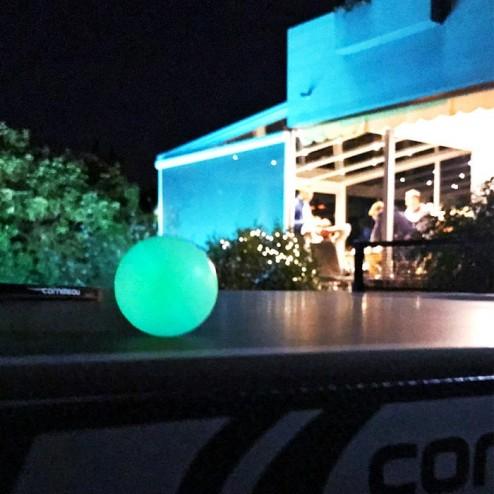 Tischtennisbälle leuchten im Dunkeln