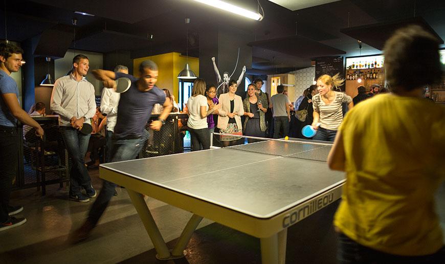 Dans un jardin, dans une cour d'école, dans un bar: le tennis de table est partout